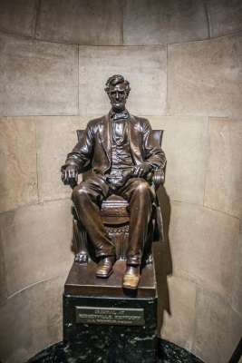 Lincoln_Tomb_Sitting_Statue_Web
